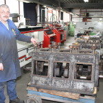 de werkplaats chef gerrit en een 3 cil brons scheeps motor
